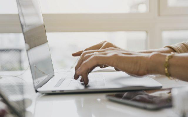 personne-tapant-sur-ordinateur