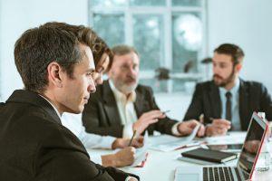 collaborateurs autour d'une table en reunion inutilité