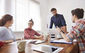 4 collaborateurs attentifs en réunion