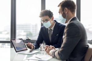 Collaborateurs en réunions avec masque et distanciation physique