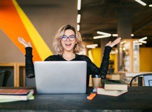 femme heureuse à son bureau de travail