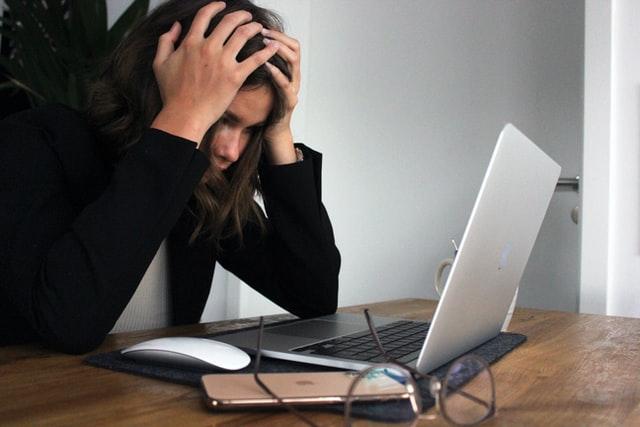 collaboratrice stressée au travail